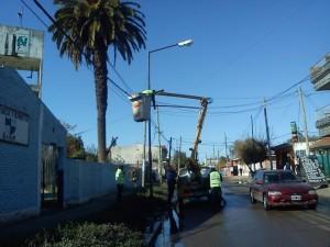 Empleados municipales colocando las luminarias