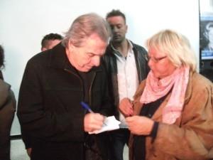 Victor firmando autografos