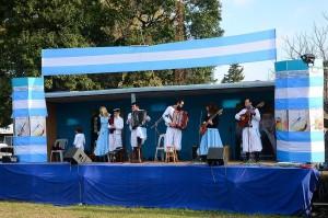 Uno de los grupos folclóricos presentes