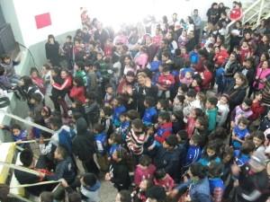 Una multitud en el día del niño, organizado por la filial de River de Garin