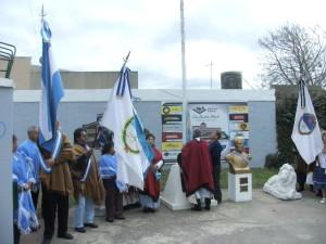 Izando la Bandera Nacional