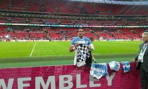 La camiseta del equipo garinense en el Wembley en manos de un Pume