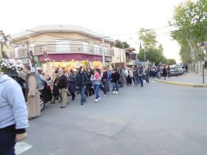 Los fieles caminando por las calles de la ciduad