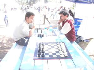 Alumnos jugando Ajedrez