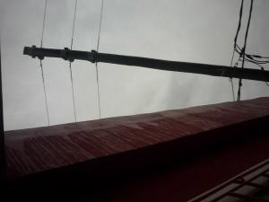 Los cables prácticamente sobre el techo de la vivienda