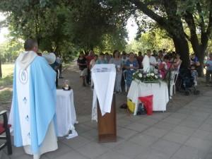 El Párroco local oficiando la misa en la plaza