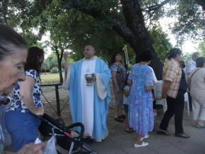 El padre bendiciendo a los fieles