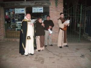 El padre dando inicio al Via Crucis.