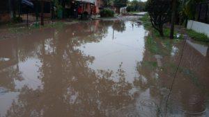 El agua que invadió la calle en el Barrio Nueva Argentina