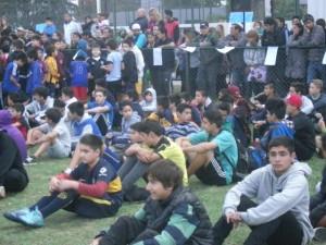 Los chicos esperando practicar el deporte que los apasiona