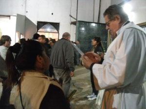 Los sacerdotes bendijeron elemento y personas durante todo el dia