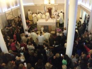 Una multitud participo de la Misa central