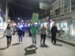 Vecinos caminando por la Belgrano