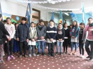 Los alumnos que cantan el Himno con lenguaje de señas