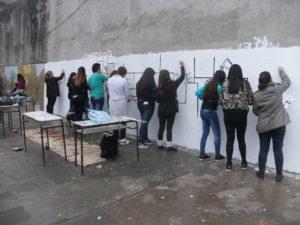 Los alumnos realizando un mural.