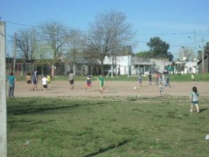 Los chicos jugando en la cancha del predio que ahora esta abandonado