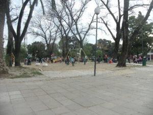 Plaza llena de chicos