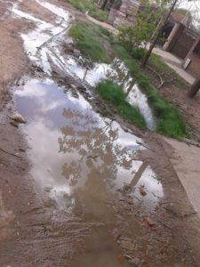El agua desbordando de las zanjas e invaden al calle