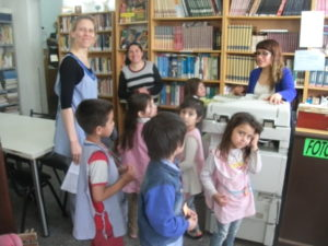 Los niños llegan a la Biblioteca