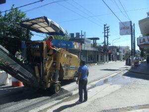La fresadora trabajando en plena avenida.